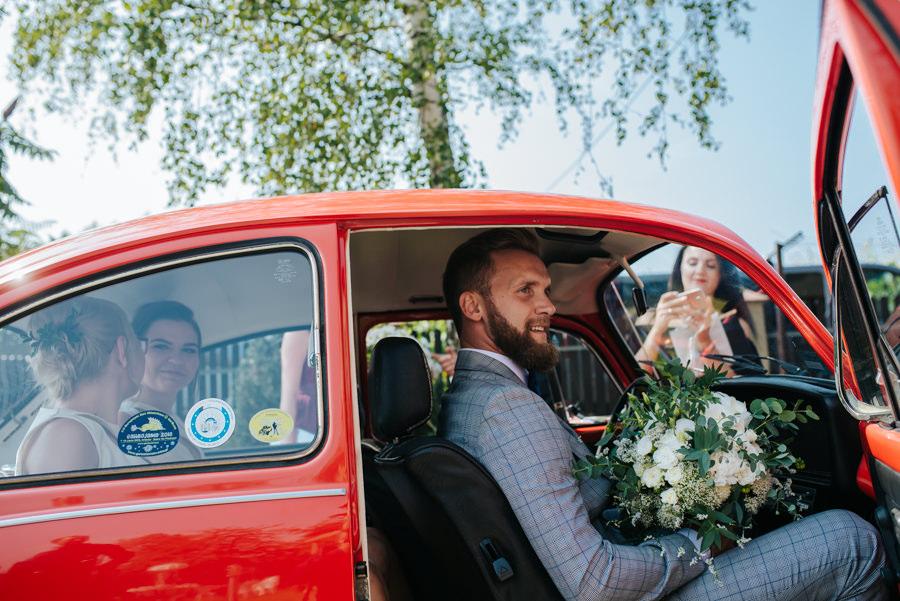 fotografia ślubna samochód do ślubu