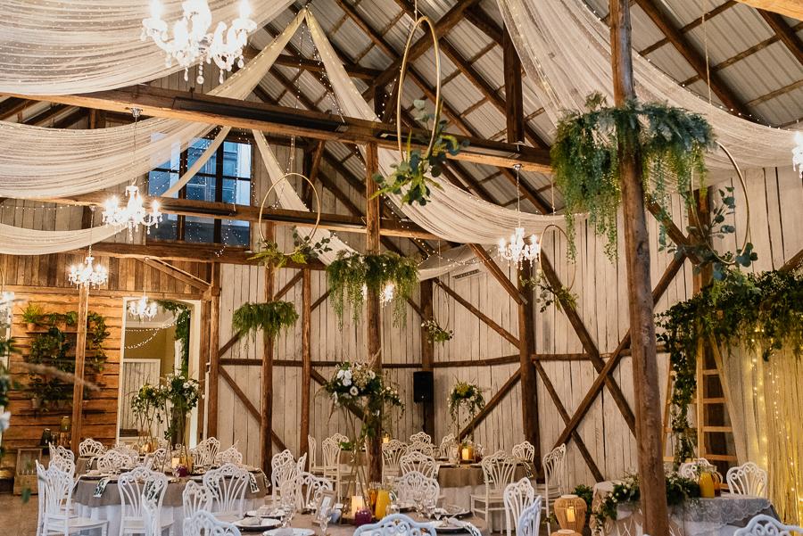ślub plenerowy w stodole pod kasztanami