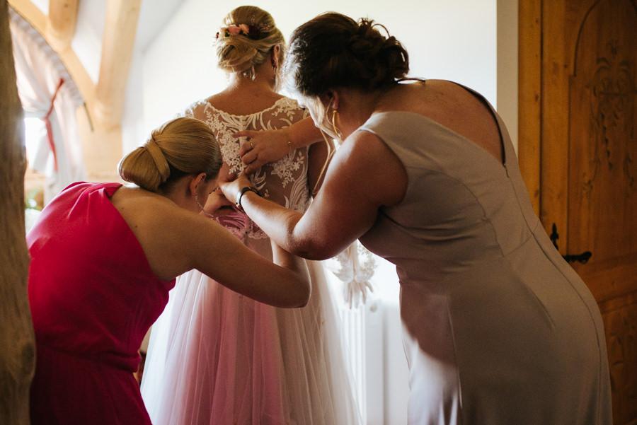 fotograf zapinanie sukienki śłubnej